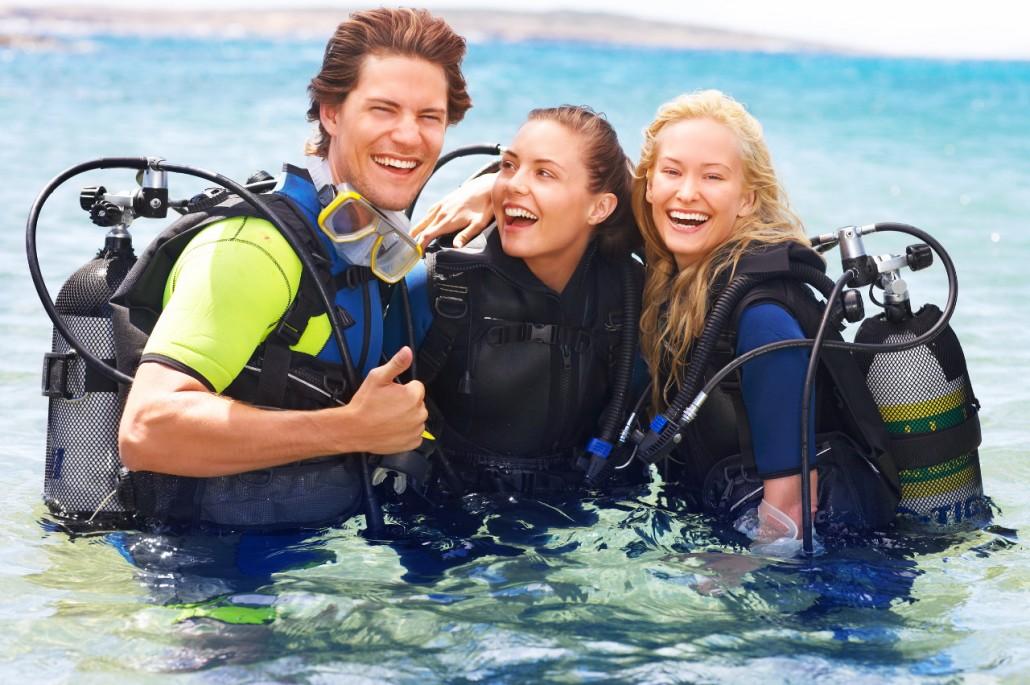 Freunde im Wasser lachend